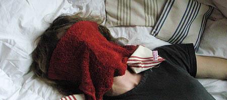 Je m'applique une serviette chaude sur le visage.