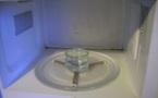 Je nettoie mon micro-ondes avec du vinaigre blanc.